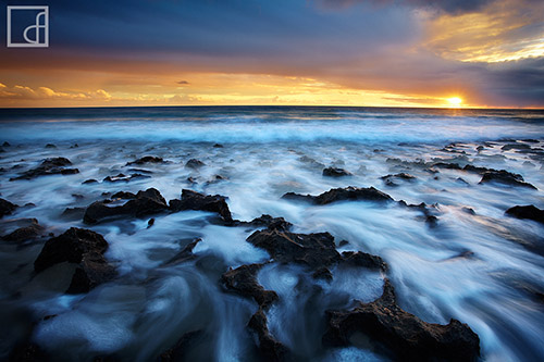 Intense waves along the rocky coast of Australia, under a stormy sky