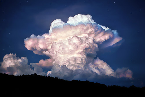 Intense cumulus clouds with vertical formation.
