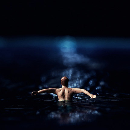 Wake miniature swimmer in moonlight