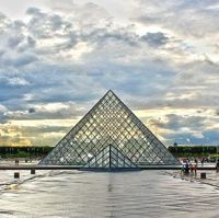 23 Impressive Pictures of the Louvre Pyramid
