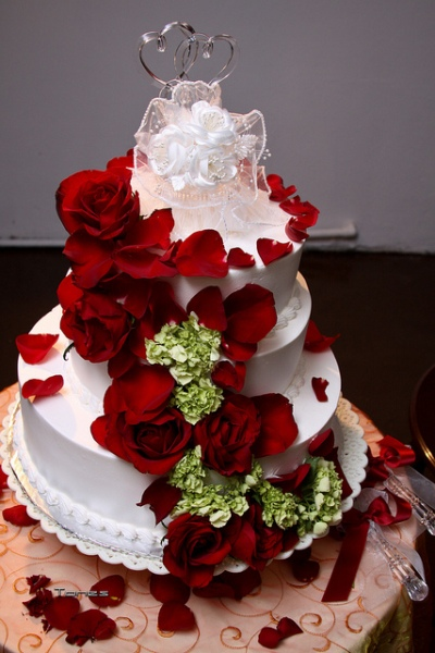 Rose Covered Wedding Cake by Tones Photos