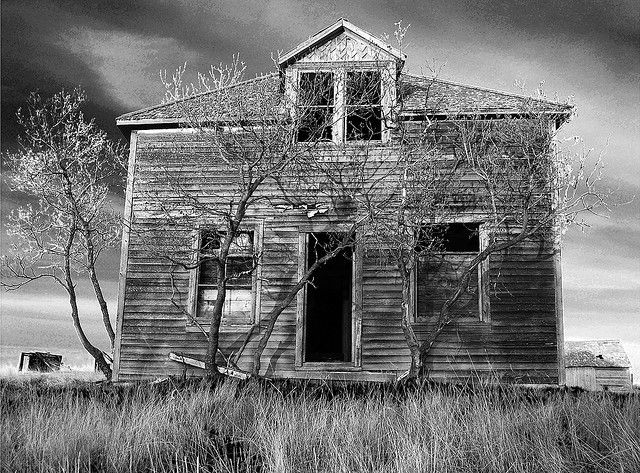 16 Spooky Pictures of Haunted Houses